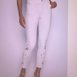NWT Frank Lyman Cropped  Cruise Length White Jeans